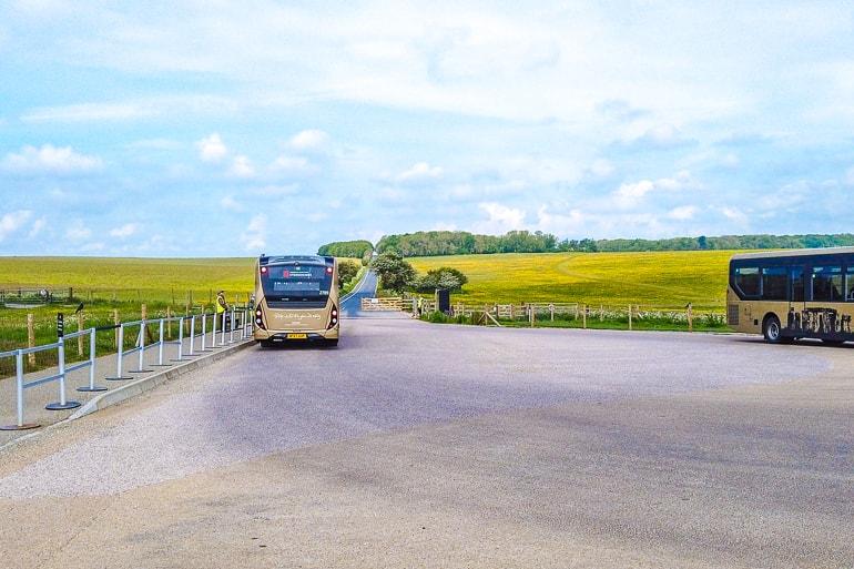 Bus auf Parkplatz mit Feldern in der Umgebung
