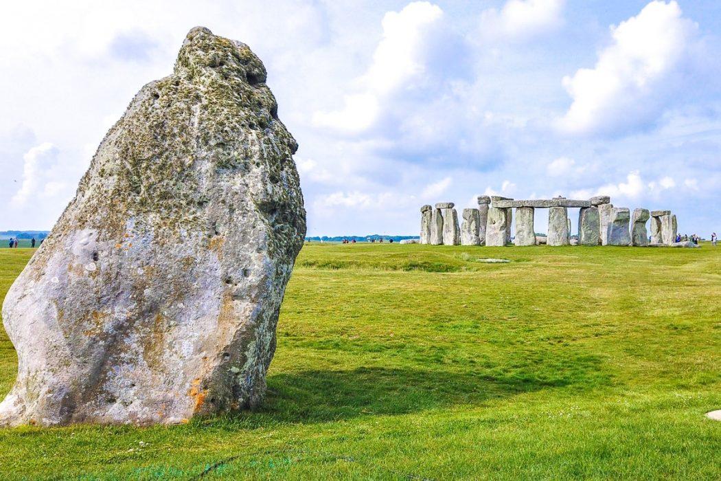 Steine in Kreis mit grünem Gras