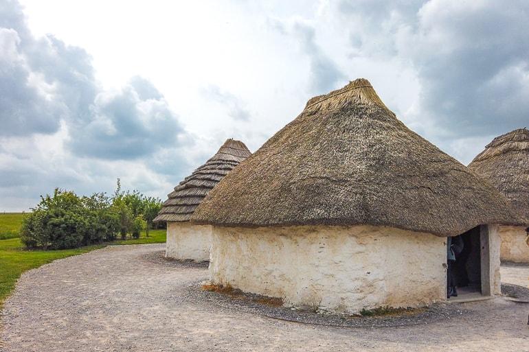 Gras und Hütten aus Lehm in Dorf bei Stonehenge