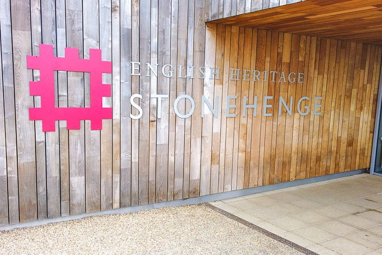 Wand aus Holz mit Schild von Heritage England Stonehenge