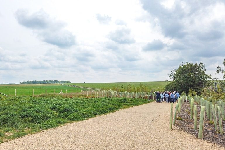 Fußweg entlang grüner Wiesen zu Stonhenge in England