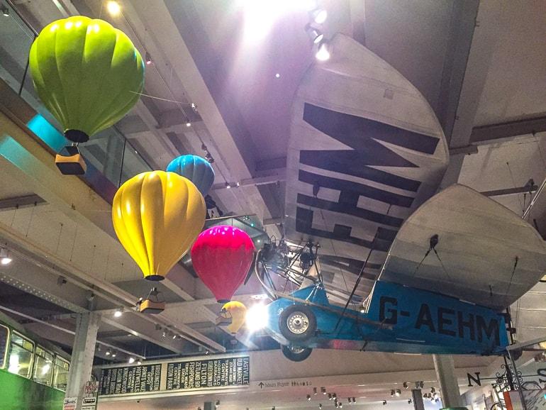 Flugzeug und Ballons hängen von Decke in M Shed Sehenswürdigkeit in Bristol