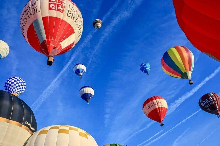 Heißluftballons steigen in blauen Himmel bei Bristol balloon fiesta