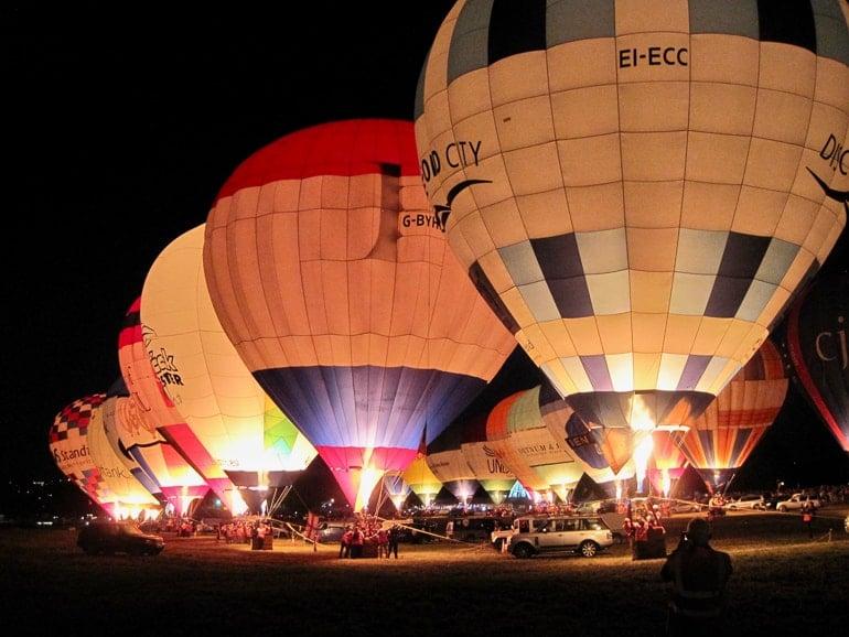Heißluftballons bereiten sich auf Start vor bei Dunkelheit