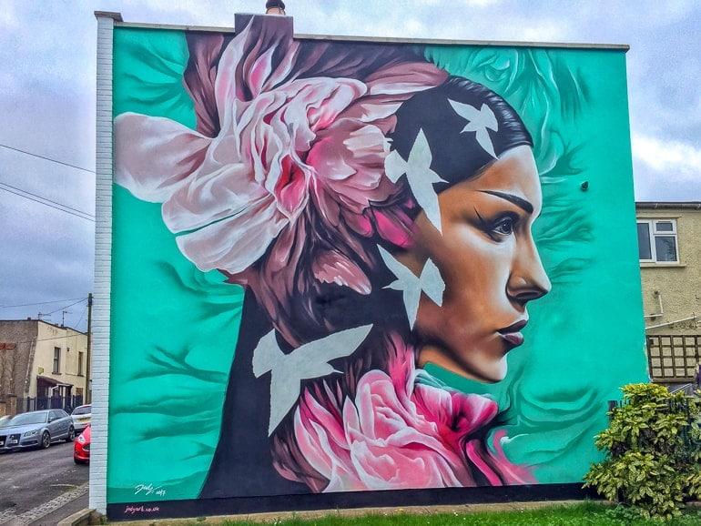Straßenkunst mit Frauen an Wand in Bristol