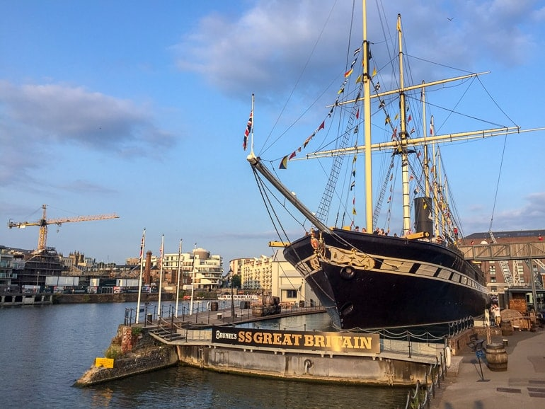 Großes Schiff im Wasser in Hafen von Bristol England