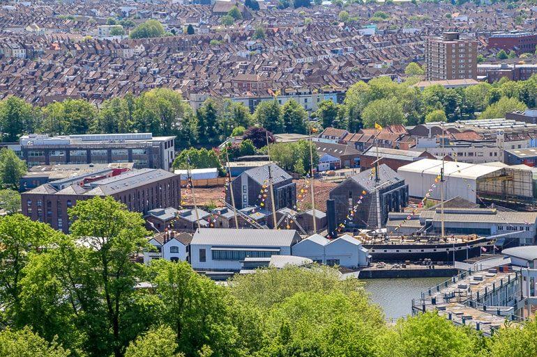 Blick auf englische Städthöuser vom Cabot Tower in Bristol