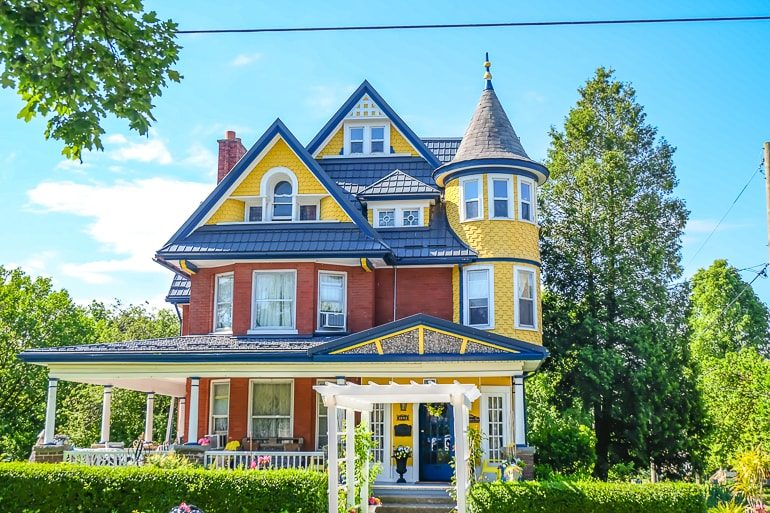 colourful house with green gardens in front and blue sky bed and breakfast niagara falls