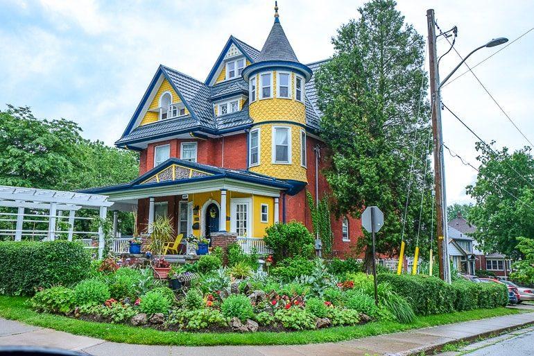 Buntes altes Haus an Straßenecke mit grünem Garten wo übernachten in Niagara Falls