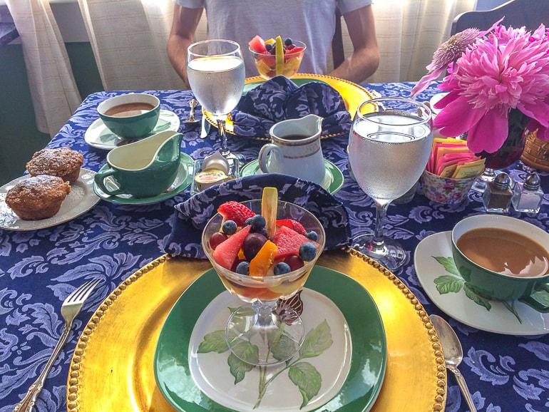 Glasschüssel mit Obst an Frühstückstisch bei Bed and Breakfast