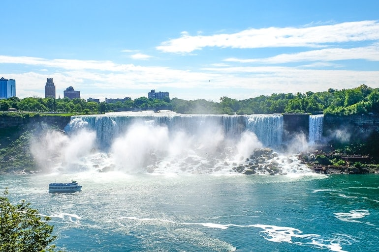 Großer Wasserfall mit Boot davor Übernachten bei den Niagarafällen