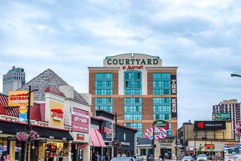 Hotel an geschäftiger Straße in Innenstadt von Niagara Falls Ontario