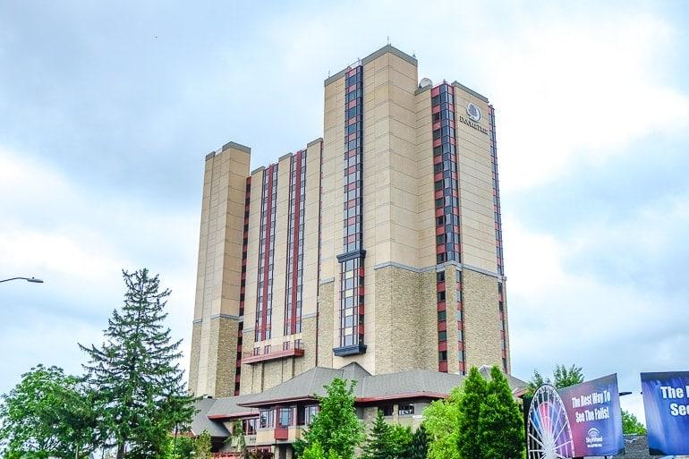 Großes braunes Hotel mit Bäumen in Niagara Falls Unterkunft