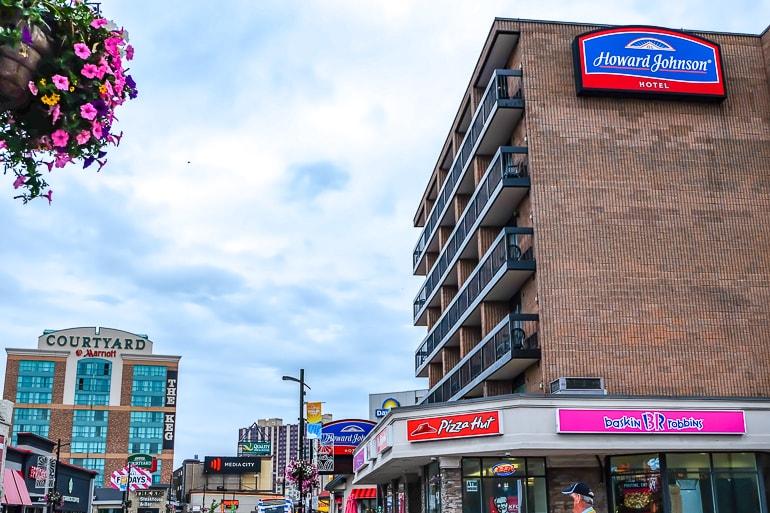 Hotel aus braunem Backstein mit geschäftiger Straße in Niagara Falls