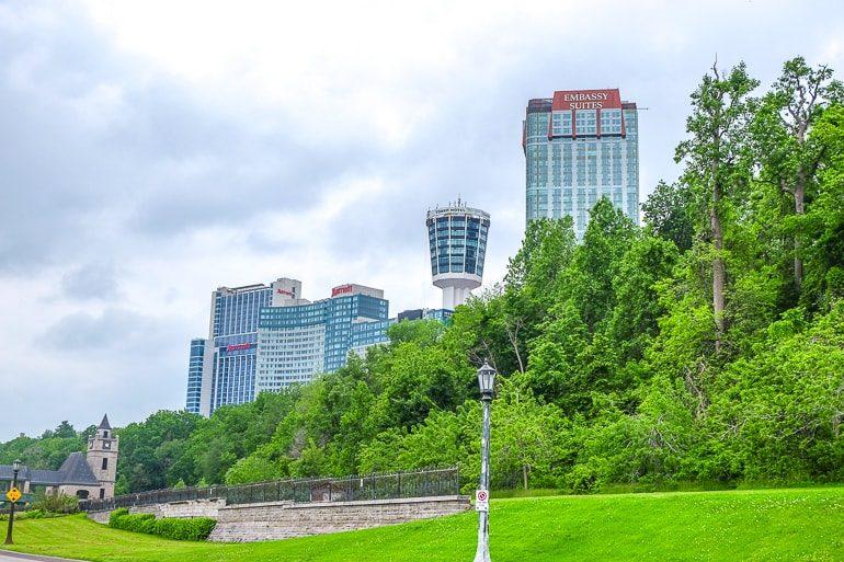 Hohe Hotels mit grünen Büschen im Vordergrund Niagara Falls Hotels