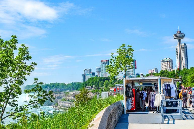 Souvenirladen vor Hotel mit Blick auf Niagarafälle