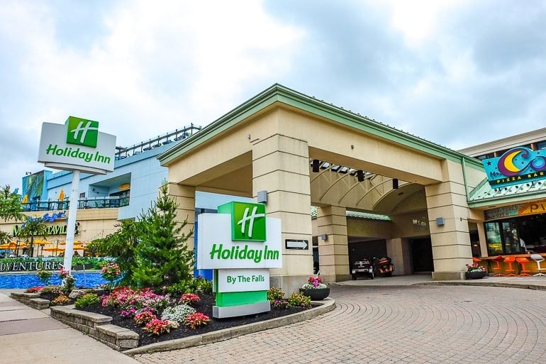 Eingang zu Hotel mit grünem Schild bei Niagarafällen in Kanada