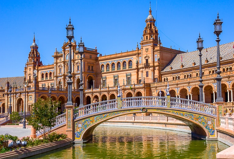 Palast mit Brücke und Fluss im Vordergrund schöne Stadt Sevilla Spanien