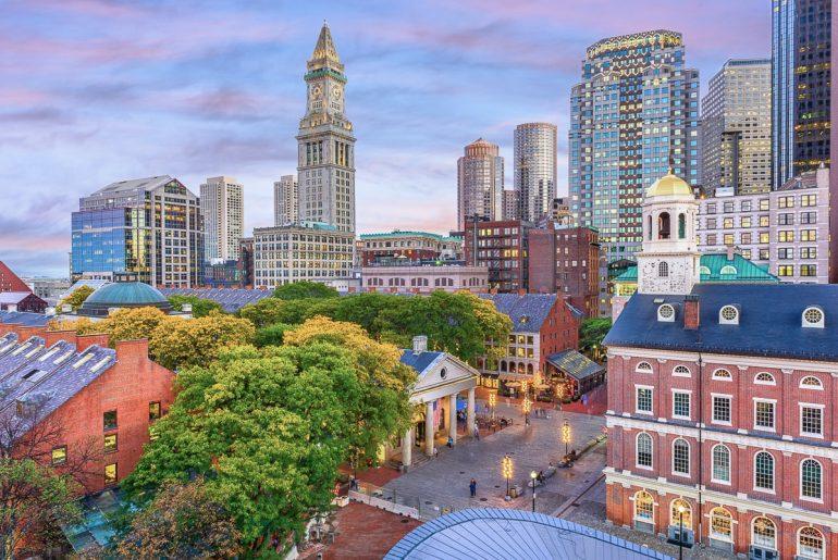 Rotes Ziegelsteingebäude mit Hochhäusern herum Faneuil Hall Boston