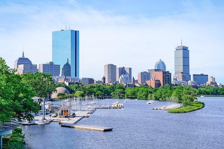 Segelboote entlang des Ufers auf Fluss in Boston USA