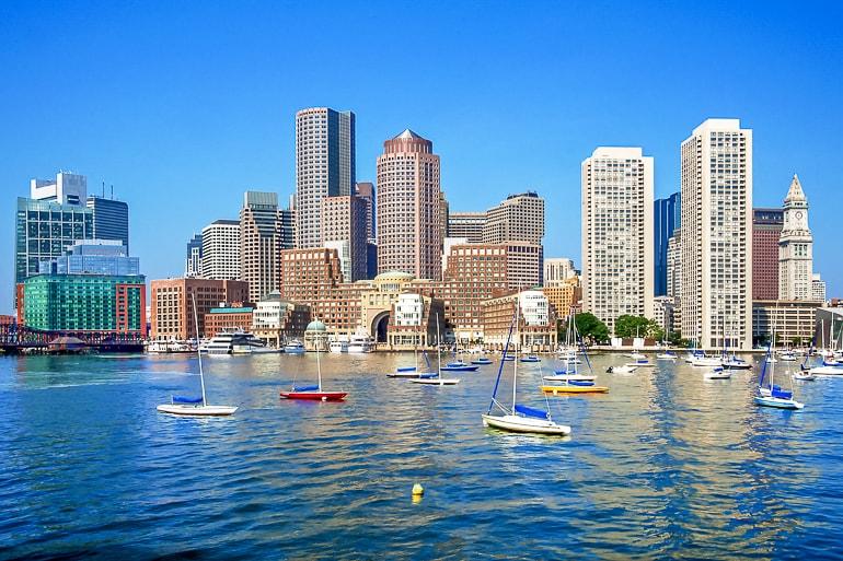 Hohe Gebäude in Nähe von Hafen mit Booten im Wasser Boston Sehenswürdigkeiten