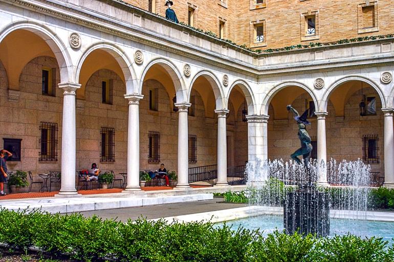 Innerer Garten mit Brunnen und Säulen von Bücherei in Boston
