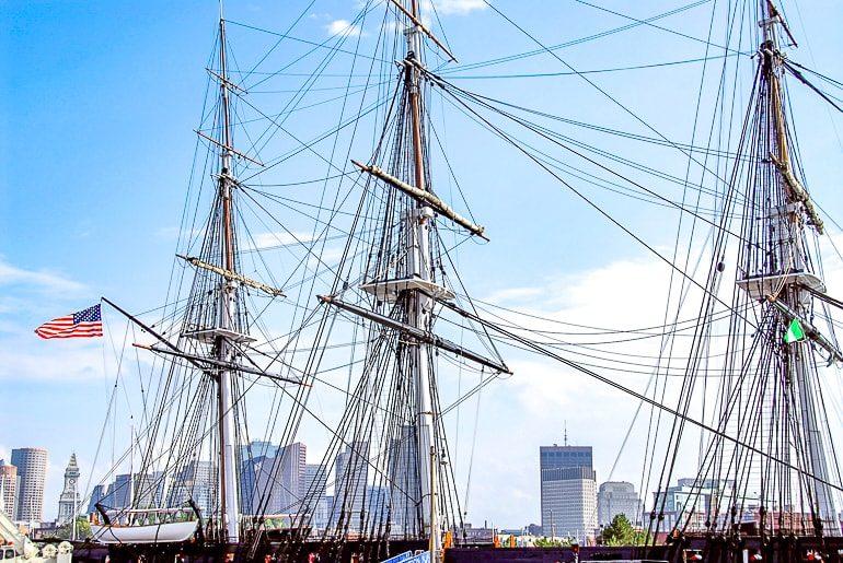 Großes Schiff im Hafen mit Hochhäusern als Sehenswürdigkeit Boston USA