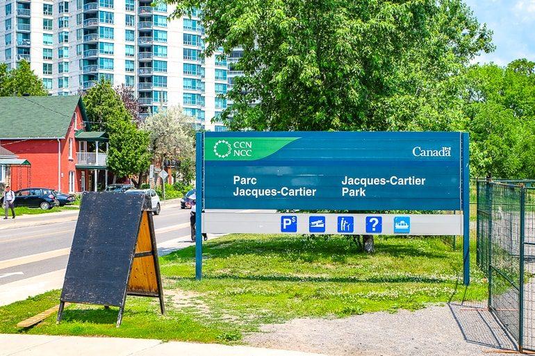 Blaues und grünes Schild für Jacques cartier park in Ottawa