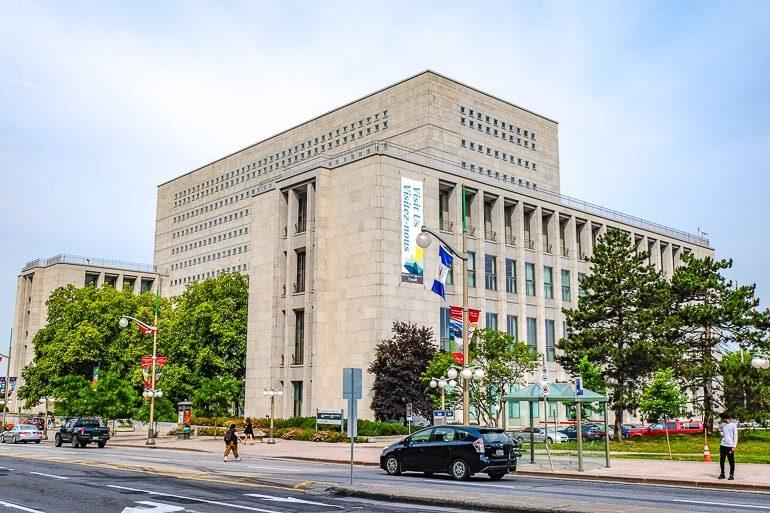 Großes Gebäude mit Fenstern und Bäumen im Vordergrund LAC Ottawa