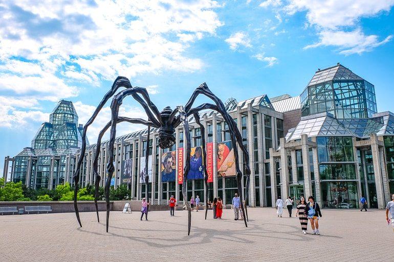 Museum aus Glas mit riesiger Spinne aus Metall vor Eingang Sehenswürdigkeiten in Ottawa