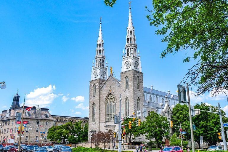 Weiße Kirche mit zwei Türmen an Straßenkreuzug in Ottawa Kanada