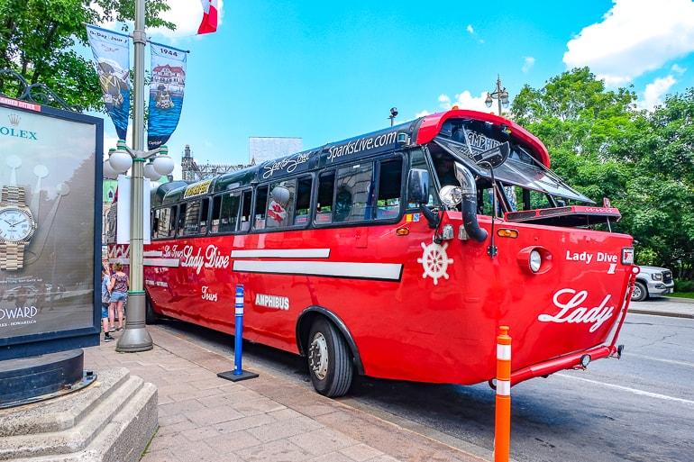Roter Amphibus geparkt an Straßenrand in Ottawa