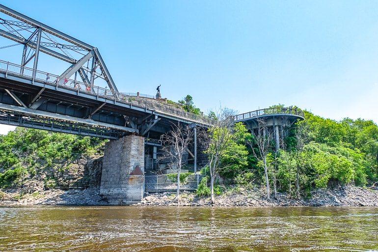 Statue auf Hügel mit Brücke über Ottawa River