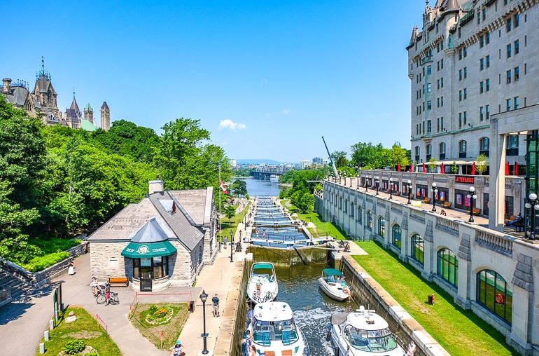 Boote in Schleuse mit Bäumen und Hotel daneben in Ottawa Rideau Canal