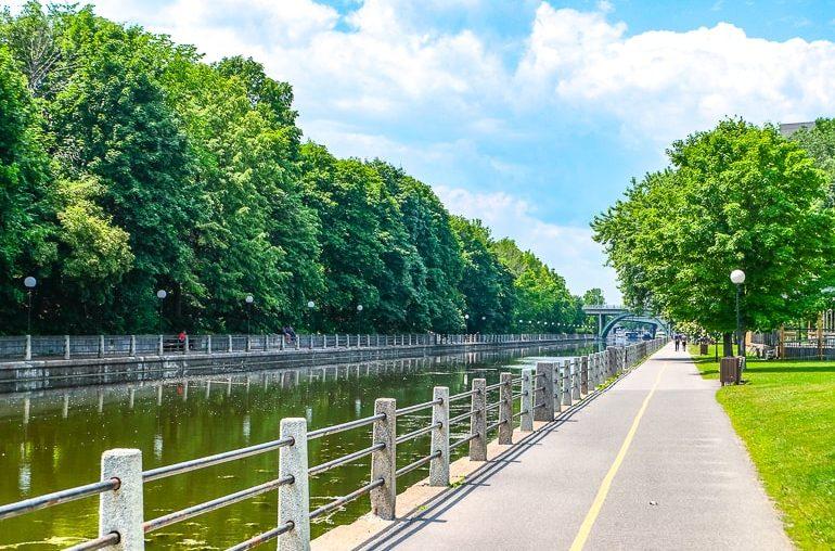 Langer Kanal mit Bäumen und Weg daneben