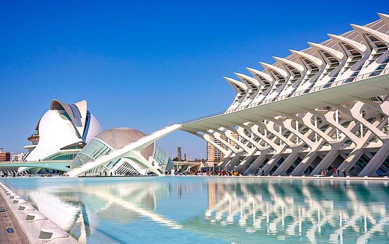 Wasser in Pool vor futuristischem Gebäude in Valencia Spanien