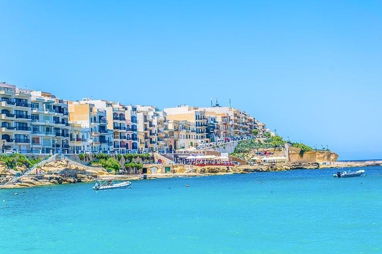 Blaues Meer und Ufer mit Gebäuden in Gozo Unterkunft Marsalforn