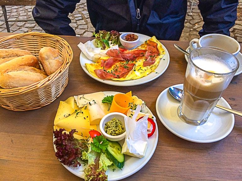 Frühstücksteller auf Tisch mit Kaffee und Brötchen