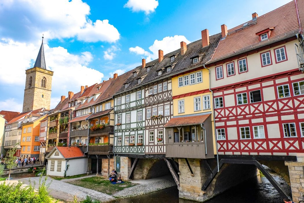 Bunte Fachwerkhäuser mit Kirchturm auf Krämerbrücke in Erfurt Deutschland