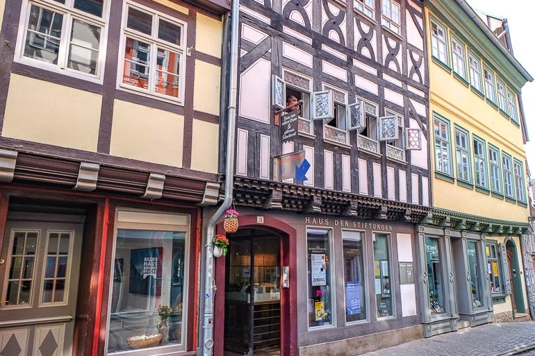 Eingang zu kleinem Museum neben bunten Gebäuden in Erfurt