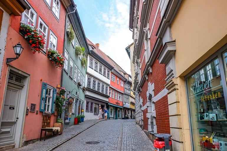 Bunte Läden und Kopfsteinpflaster auf Krämerbrücke in Erfurt