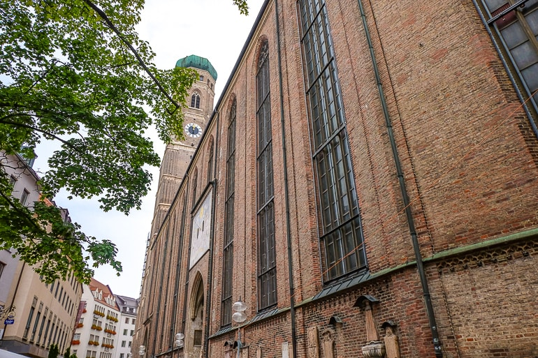 Rote Backsteinkirche mit Turm am Ende München Altstadt