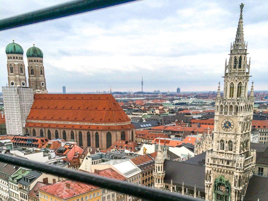Alte Kirche und Kirchturm von oben fotografiert München