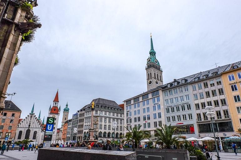 Bunte Gebäude in Altstadt von München mit Turm und U-Bahn Haltestelle