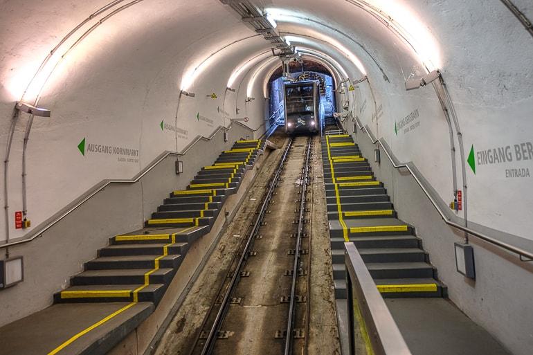 Bergbahn auf Schienen in Tunnel bei Kornmarkt Station