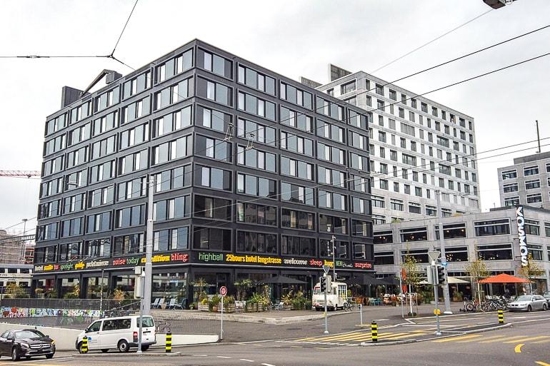 Schwarzes Hotelgebäude an Straßenecke