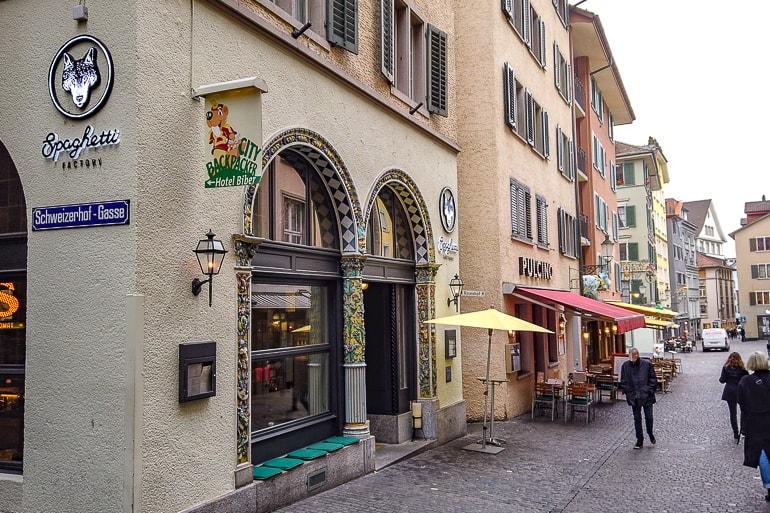 Straße in Altstadt mit Schildern von Läden und Unterkünften in Zürich Schweiz