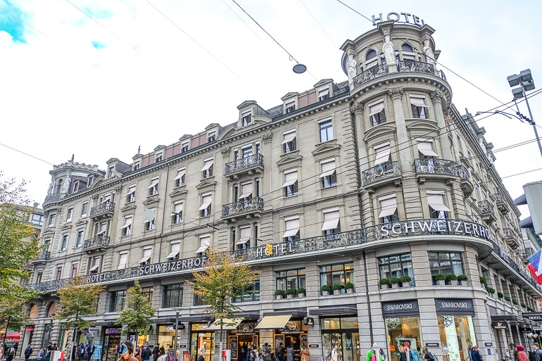 Weißes Hotel an Ecke von geschäftiger Straße in Zürich