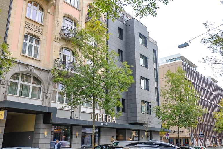 Modernes graues Hotel mit geparkten Autos an der Straße