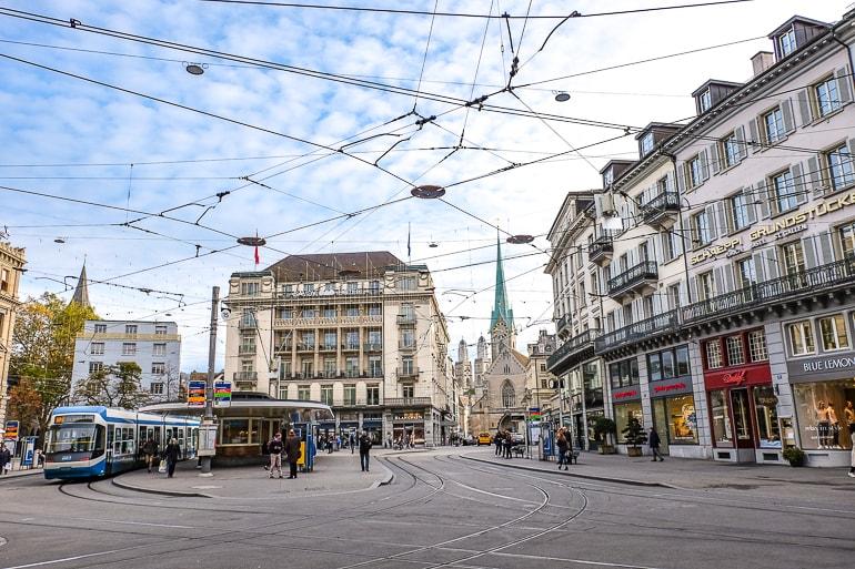 Hotel neben Platz mit Straßenbahn und Kabeln